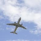 青空を飛ぶ飛行機の画像