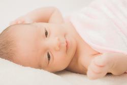 毛布にくるまる赤ちゃんの画像