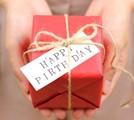 プレゼントを持つ人の手の画像