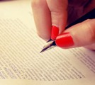 字を書く女性の手の画像