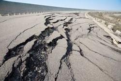 地震で割れた道路の画像