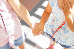 手を繋ぐ女の子の友達の画像