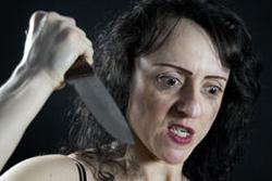 包丁を持った女性の画像