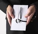 香典を持つ男性の手の画像