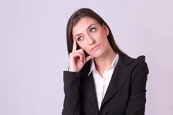 考え事をする女性の画像