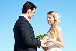 結婚するカップルの画像
