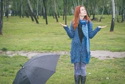 雨に濡れる女性の画像