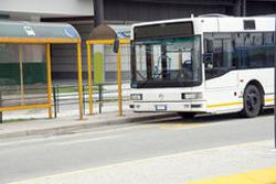 バス停に停車するバスの画像