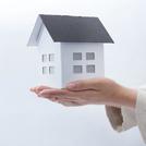 家の模型を持つ手の画像