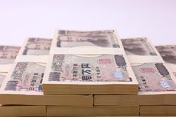 積み重ねられたお金の束の画像