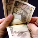 お金を数える人の手の画像