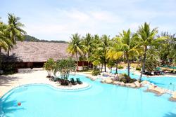 リゾートホテルのプールの画像