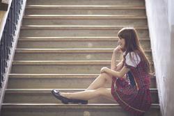 階段に座る女性の画像
