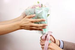 花束を持つ男女の手の画像