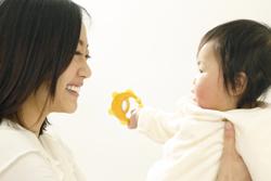 赤ちゃんを抱く母親の画像