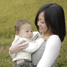 母親に抱っこされる赤ちゃんの画像