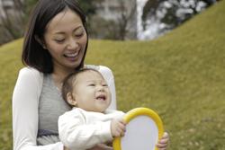 笑う赤ちゃんと母親の画像