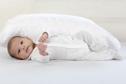 仰向けの赤ちゃんの画像